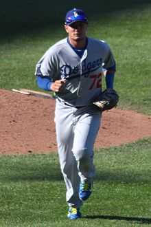 20140919_Miguel_Rojas_coming_off_the_field